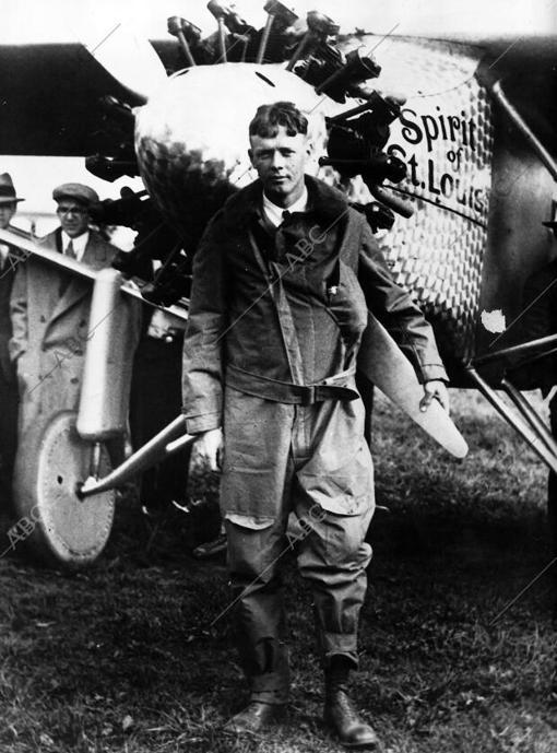 El piloto norteamericano Charles A. Lindbergh con su avión «El Espíritu de San Luis»